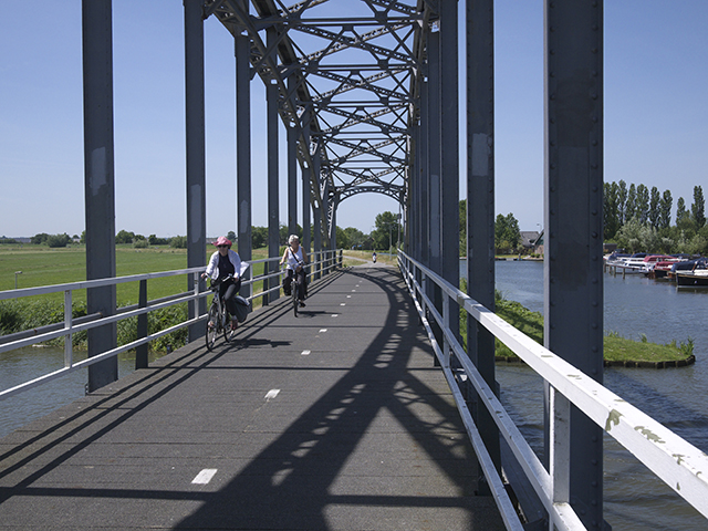 Suspension bridge for bicycles